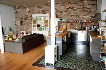 PROJEKT LOFTAUSBAU – wie man eine offene Küche perfekt ins Wohnzimmer integriert.